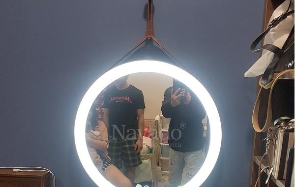 Nâng tầm không gian với gương treo trang điểm dây da đèn led