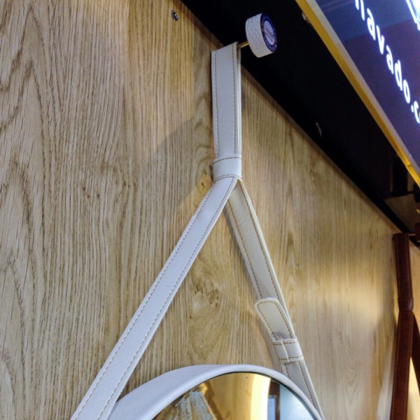 Gương dây da trắng đẹp và đẳng cấp cho bàn trang điểm