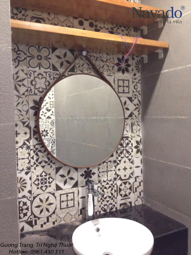 Gương treo dây da phòng tắm