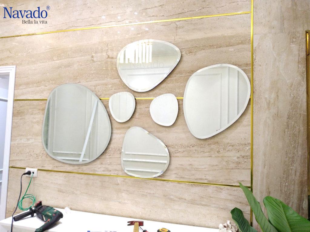 Muôn kiểu trang trí phòng khách với gương treo tường
