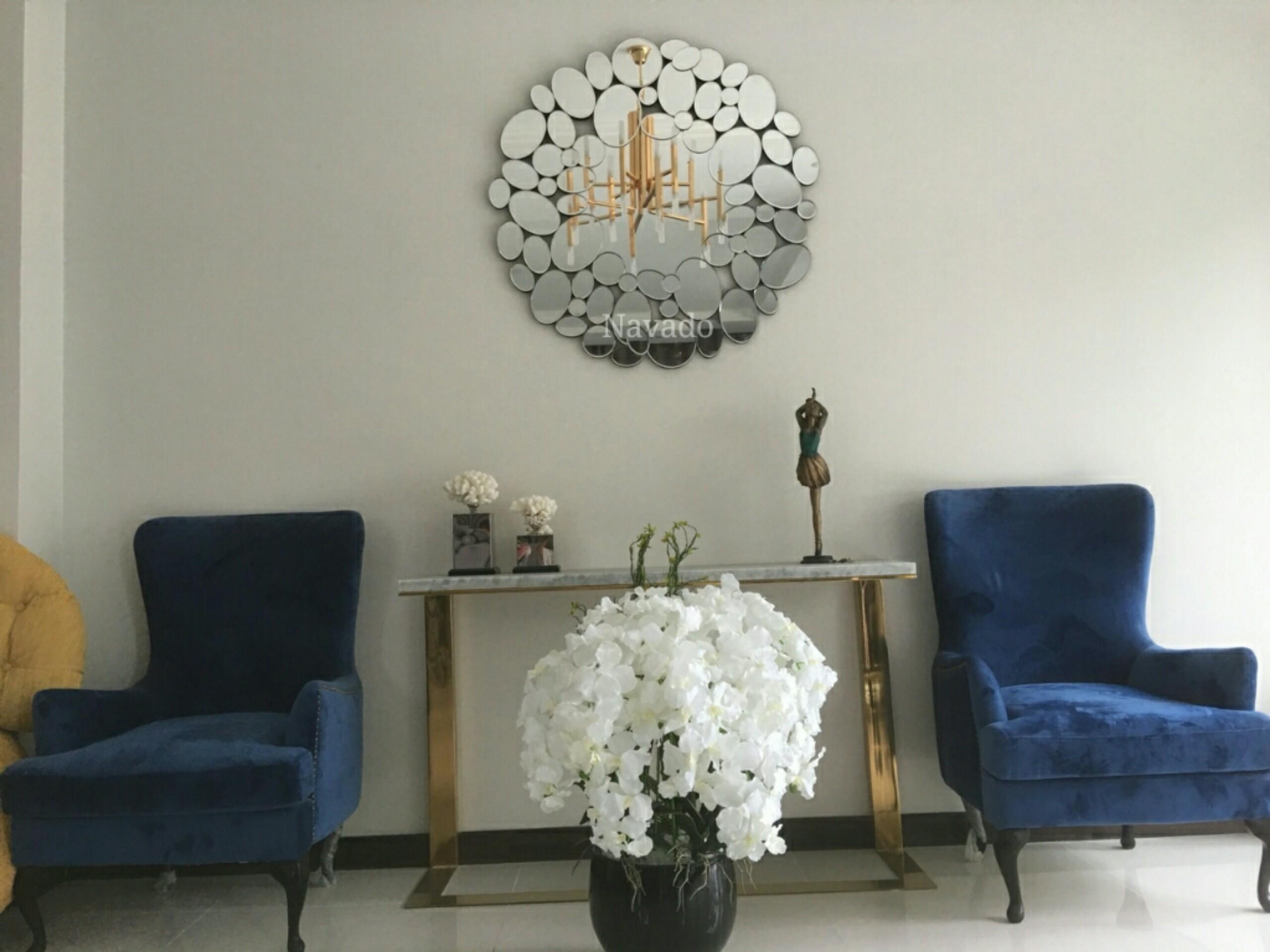 Gương treo tường phòng khách Queen