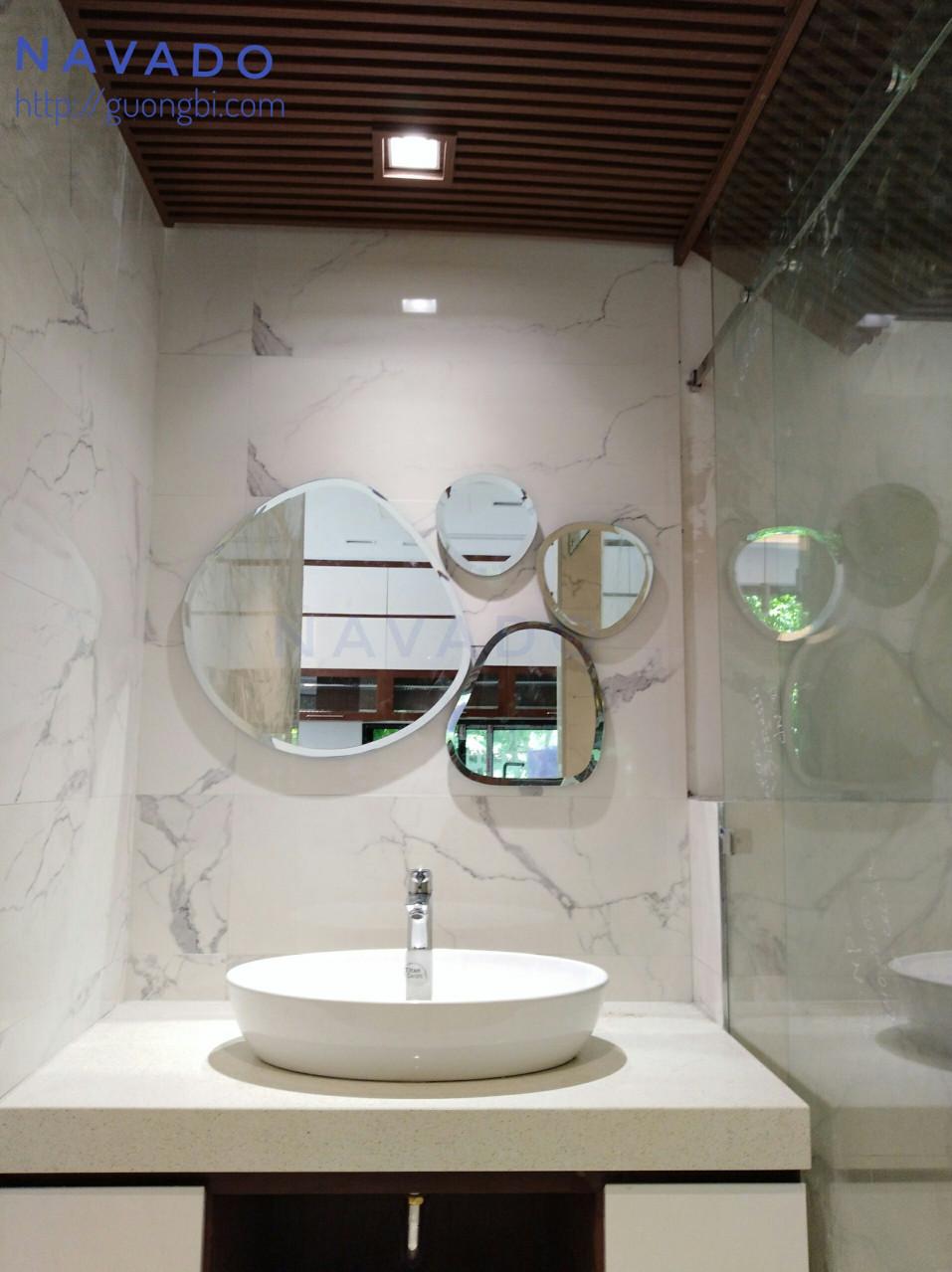 5 mẫu gương ghép dán tường độc đáo cho phòng khách nhà bạn