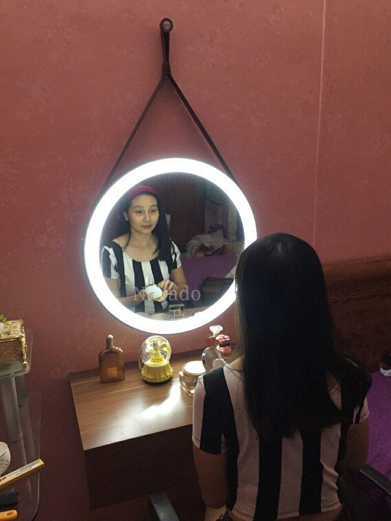 Gương treo trang điểm dây da đèn led